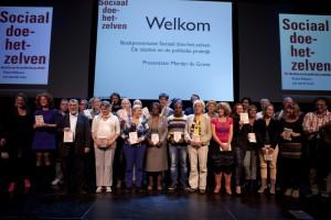 Een groep van 25 sociaal doe-het-zelvers kreeg het eerste exemplaar van het boek uitgereikt.